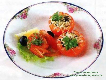 Запечённые помидоры фаршированные баклажанами и копченой рыбой