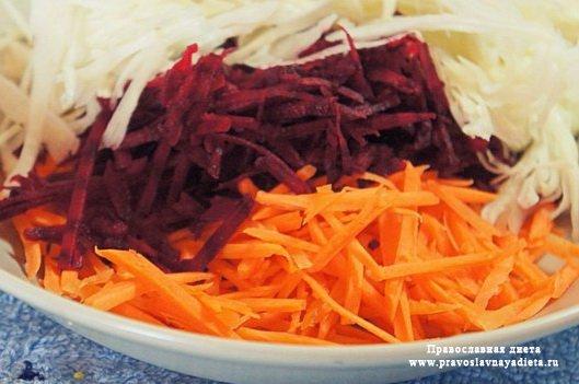 Салат из тертых моркови, свеклы и капусты с зеленым луком