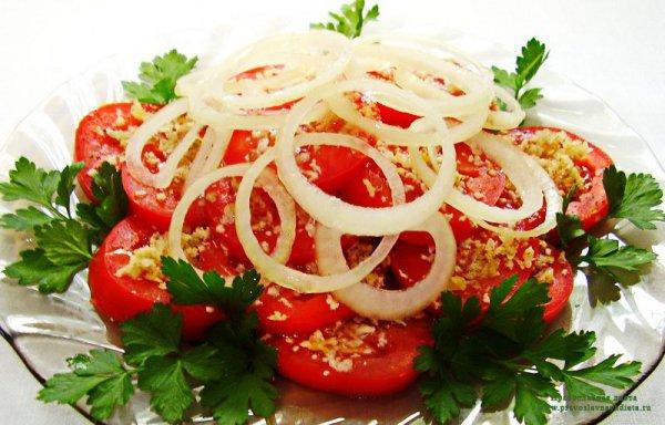 Салат из помидоров с чесноком и орехами